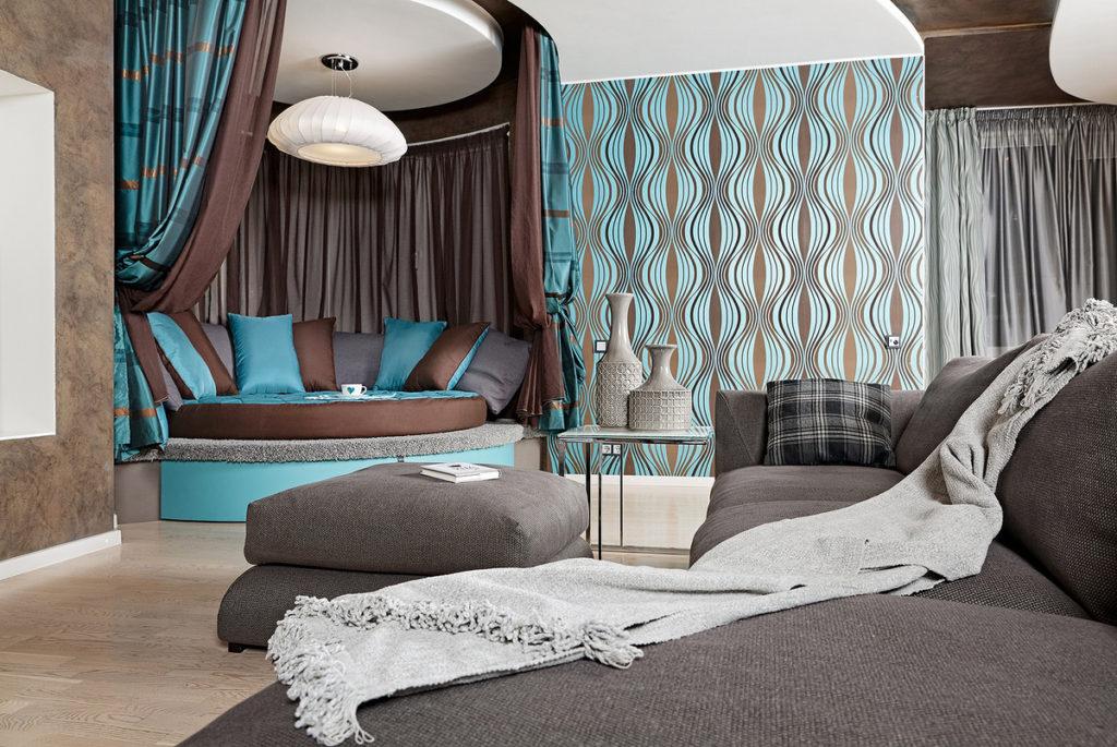 дизайн гостиной с бирюзовым диваном