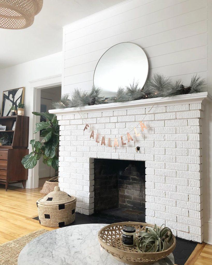 декор зала с камином