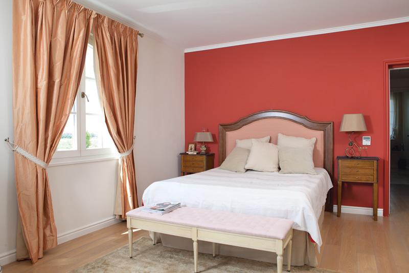 бело красный интерьер спальни