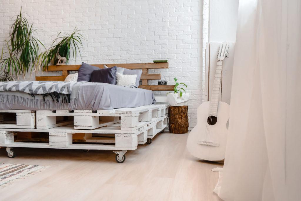сделать кровать из поддонов своими руками