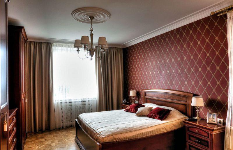 классическая спальня в красных тонах
