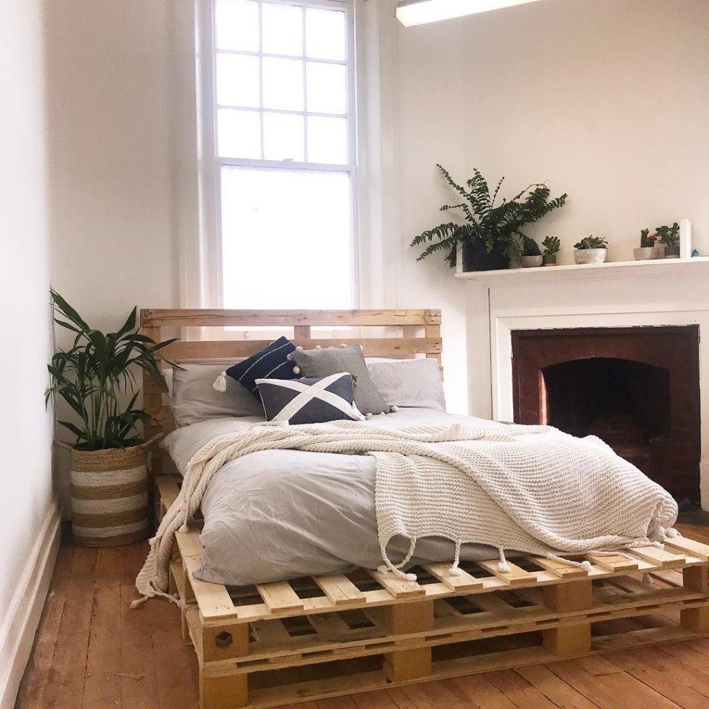 кровать из поддонов фото в интерьере