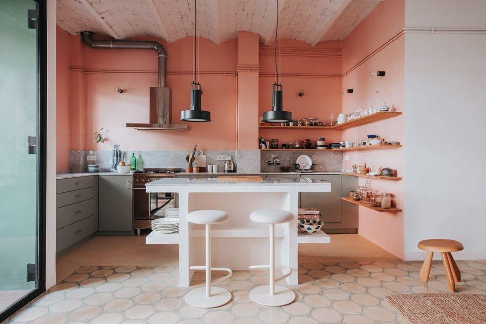 коралловая кухня в интерьере