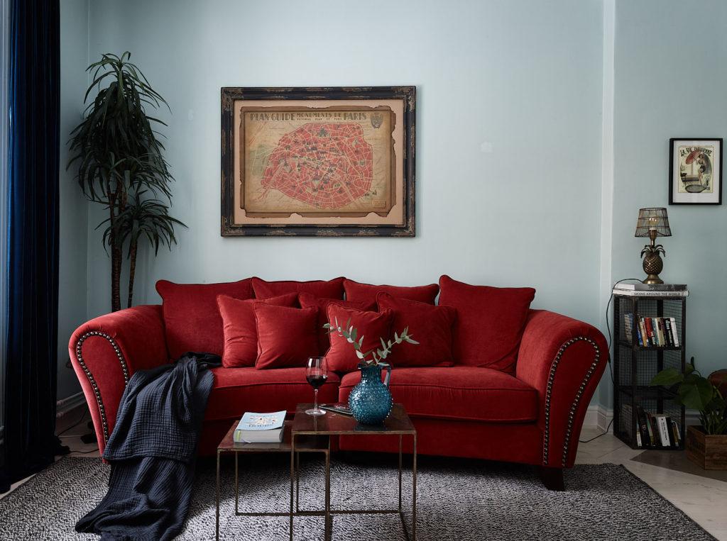 красный диван в интерьере гостиной