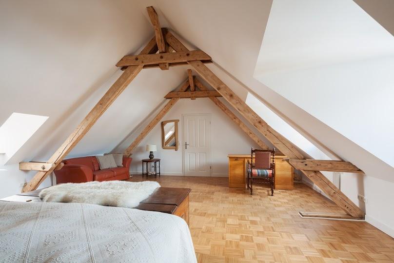 спальня в мансарде со скошенным потолком