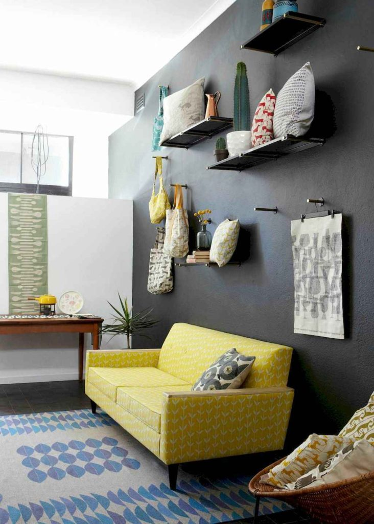 комната с желтым диваном