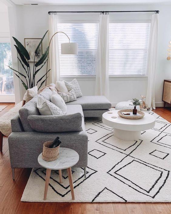 серый диван в гостиной фото