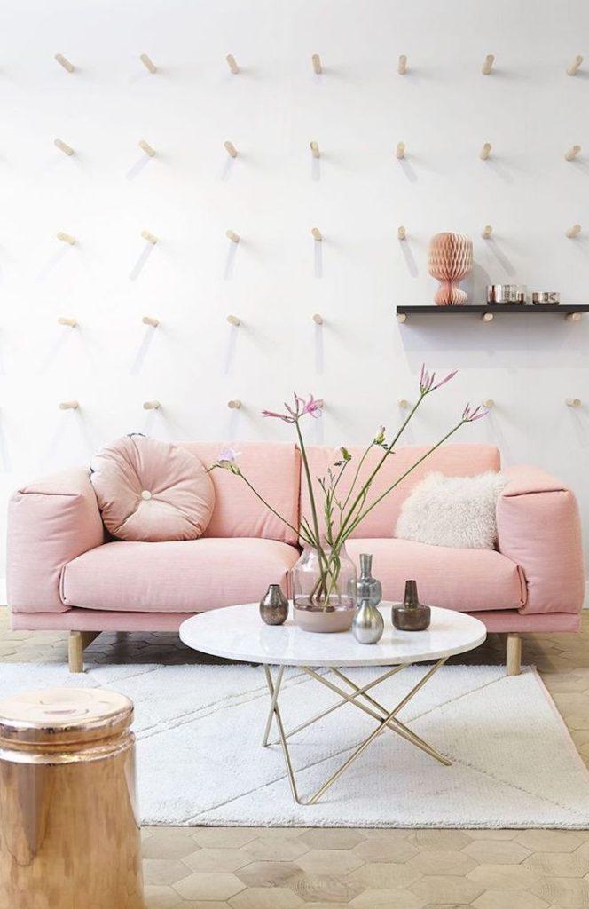 бледно розовый диван