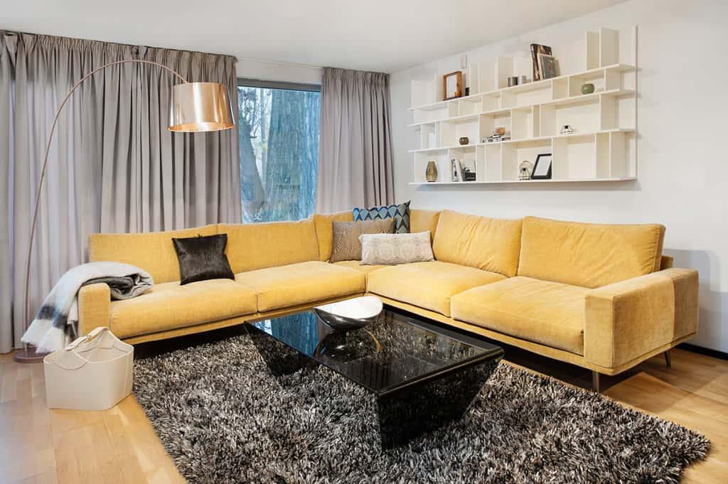светло желтый диван