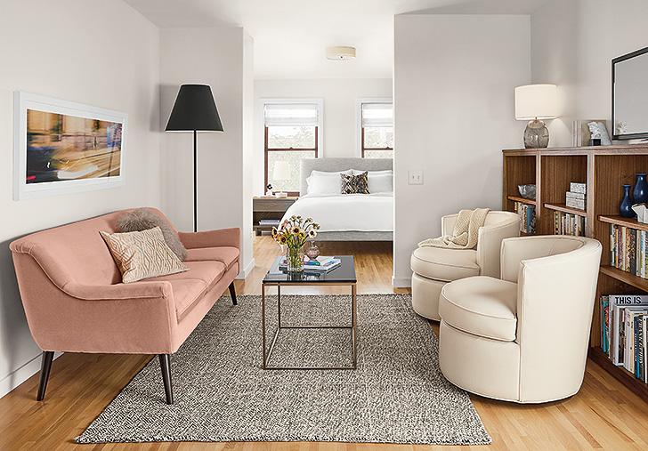 дизайн с розовым диваном