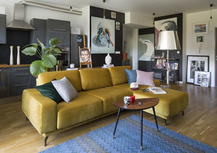 желтый диван какие обои