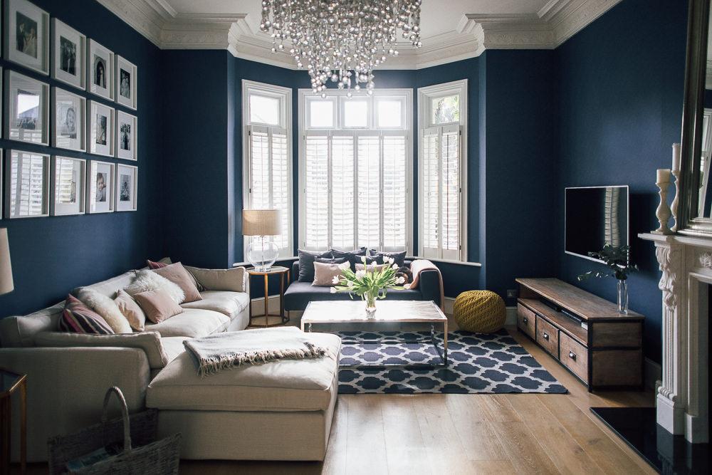 сочетание синего в интерьере гостиной
