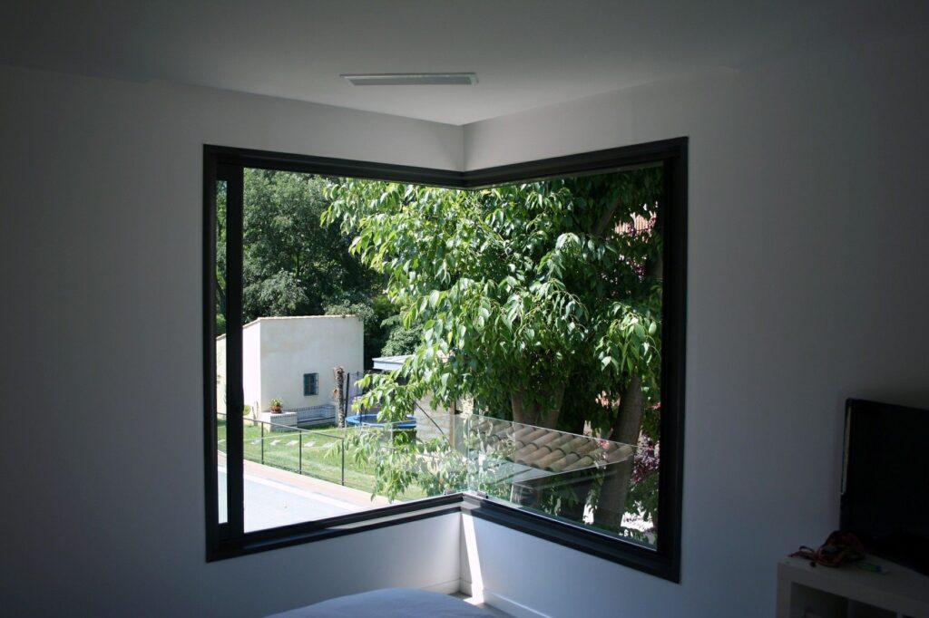угловые окна в зале