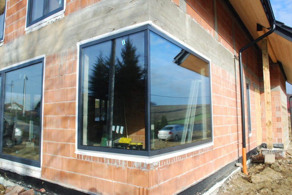 угловое окно в доме