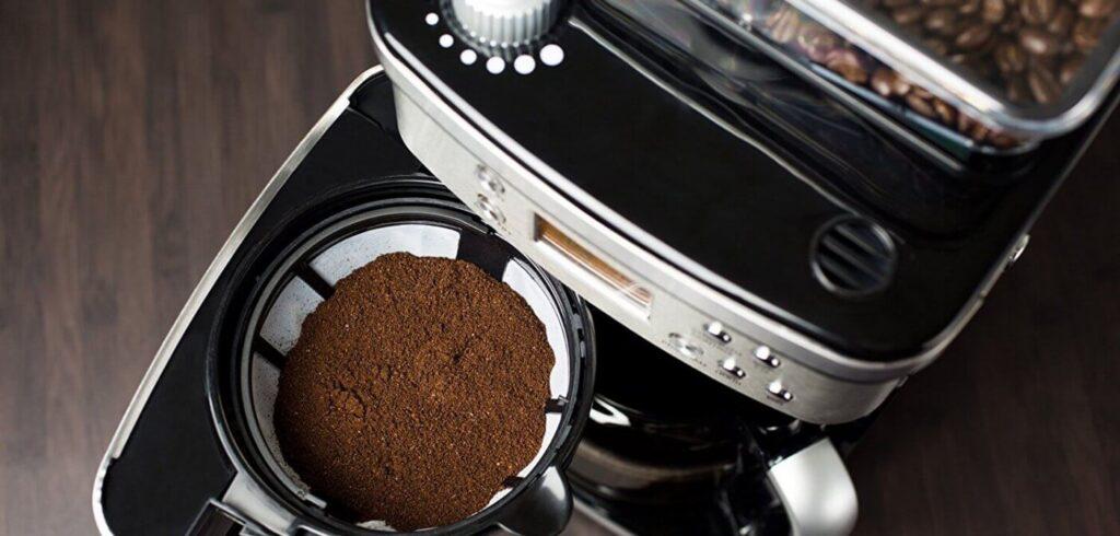 в кофемашину засыпать молотый кофе