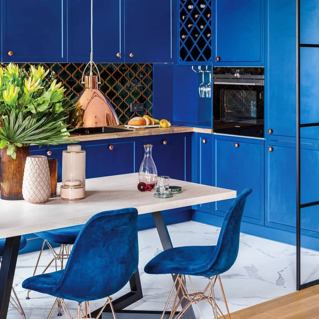 кухня в цвете индиго