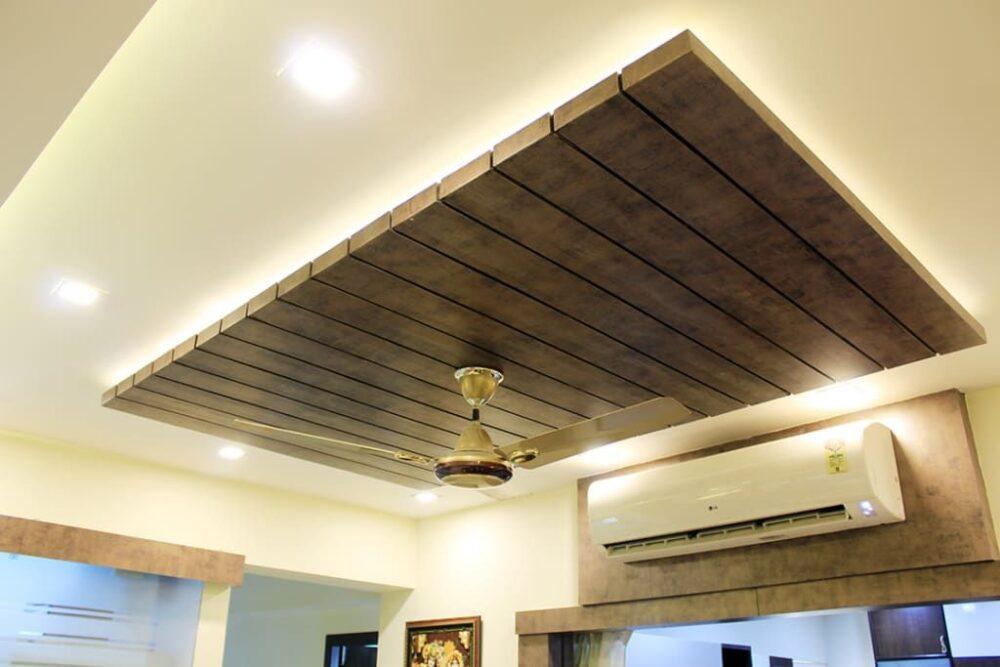отделка потолка гостиной