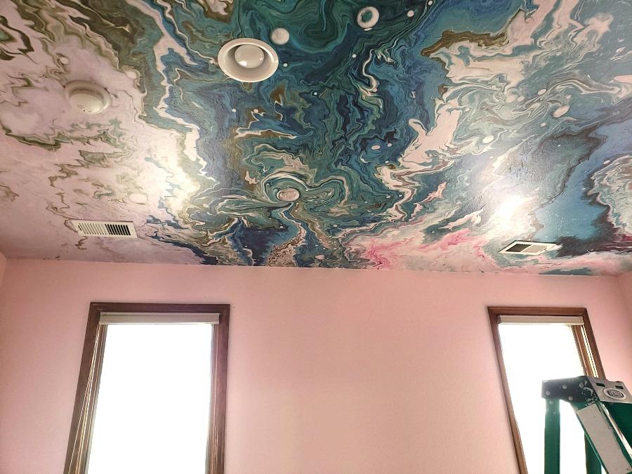 гостиная потолок и стены