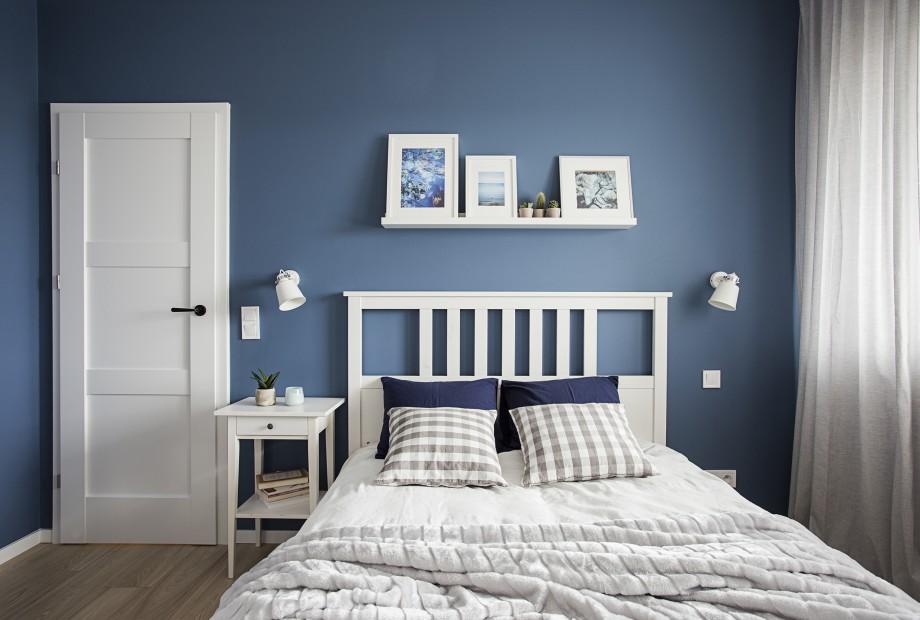 бело синяя спальня