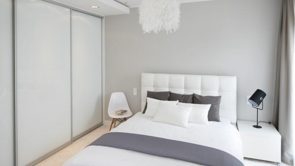 маленькая белая спальня