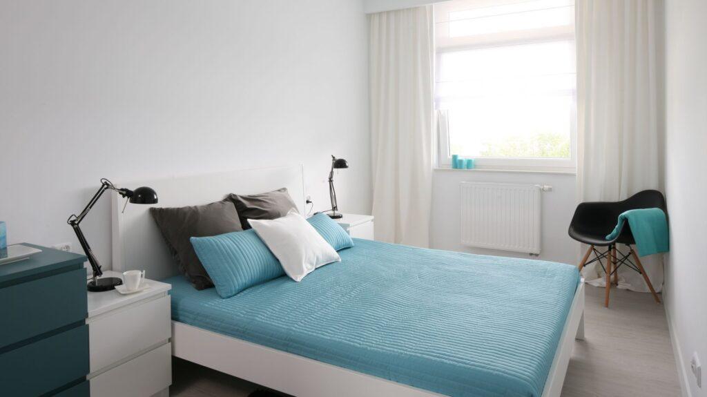 бело бирюзовая спальня