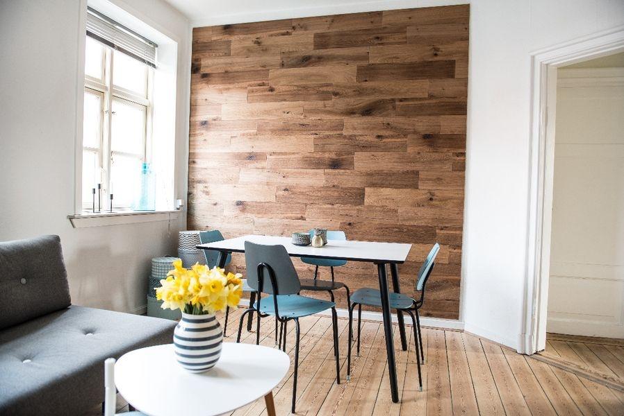 дерево на стене в интерьере дерево интерьер мебель