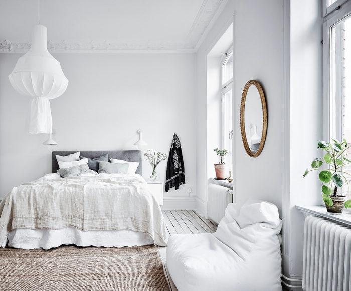 белые обои в спальне