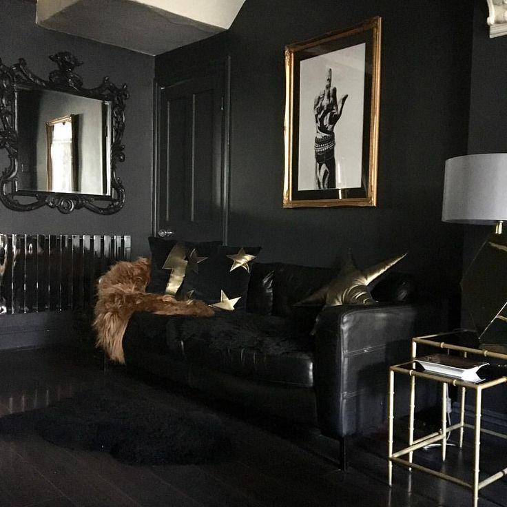 темный интерьер гостиной